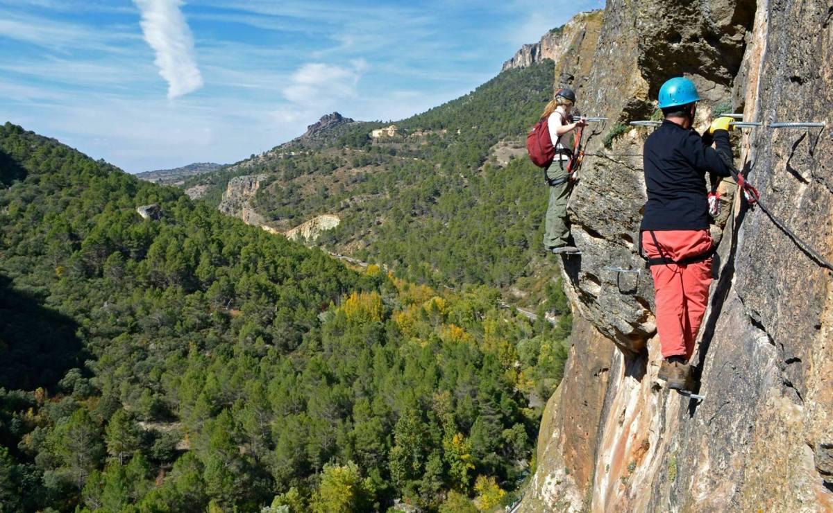 Medio Ambiente abre de nuevo la vía ferrata de Priego y las vías de escalada