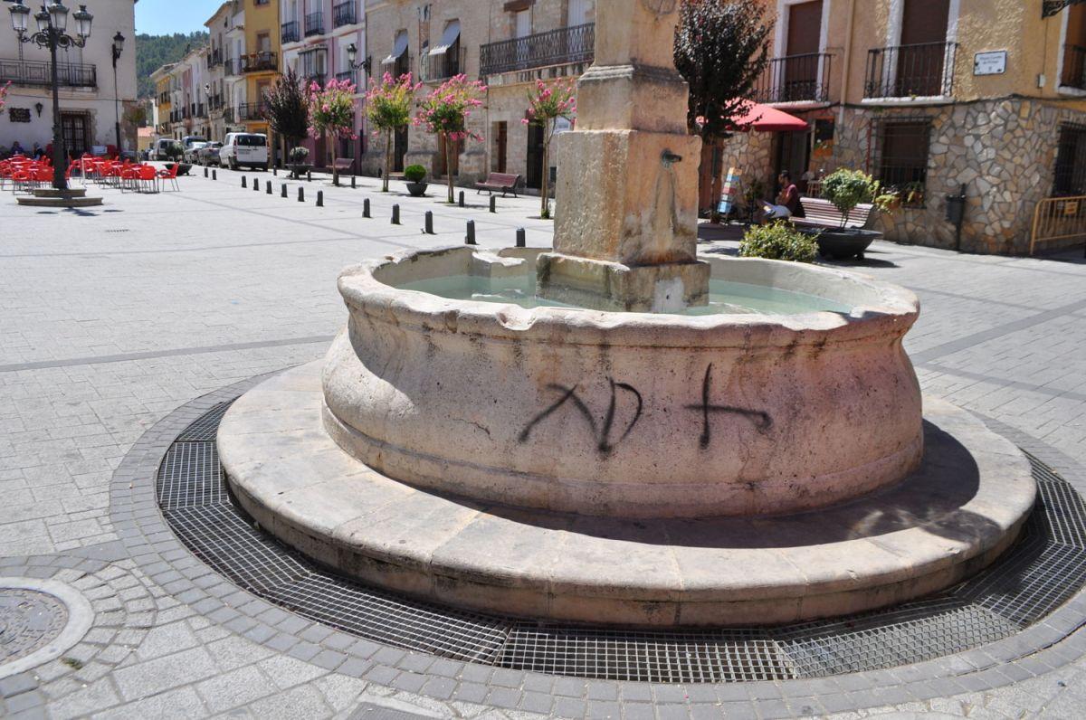 El centro de Priego y la fuente de La Plaza aparecen llenos de pintadas