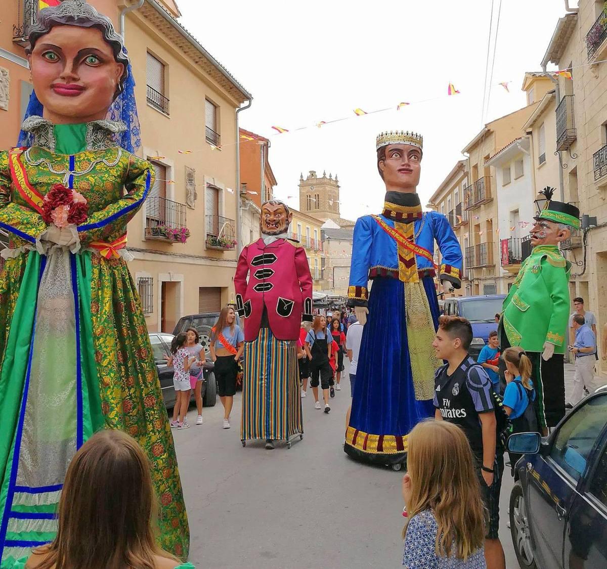 La alcaldesa no desmiente que haya gastado casi 16.000 euros en balconadas, cabezudos y jamones para las fiestas