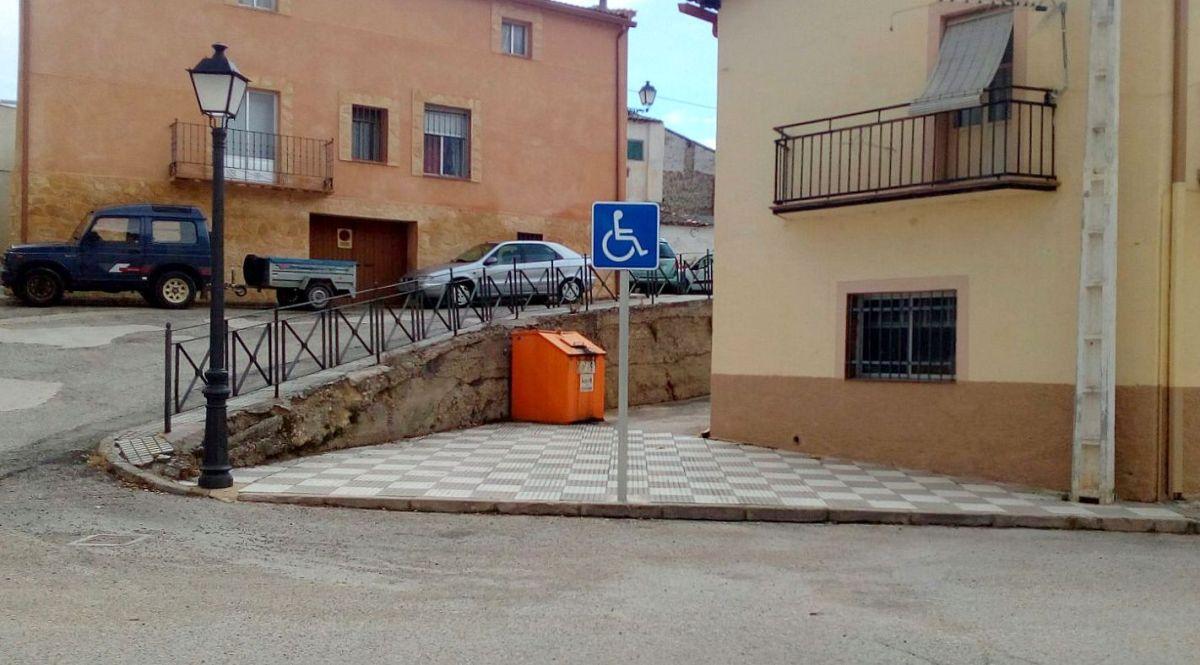 La Jefatura de Tráfico confirma que los aparcamientos para discapacitados de Priego sí tienen que estar pintados